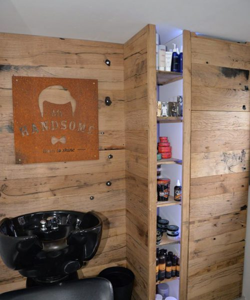 houten achterwand van eiken wagondelen met logo van cortenstaal bij barbier Mr Handsome Bunschoten-Spakenburg
