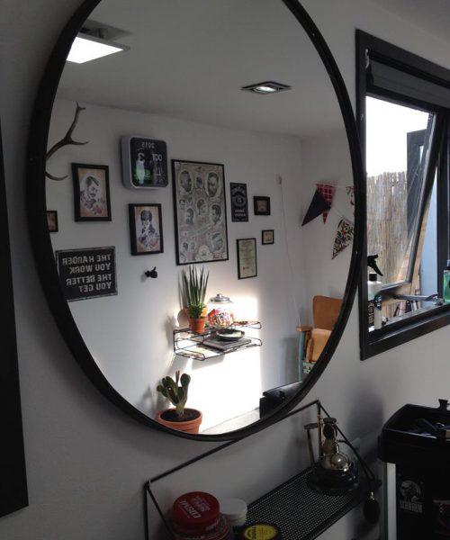 antiek wiel als spiegel bij barbier Mr Handsome