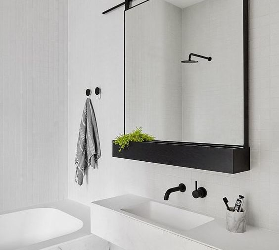 Badkamerspiegel met stalen omlijsting, bak en roede. Marmer basis