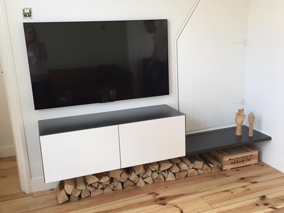 wit TV-meubel Ikea besta hack met stalen plank