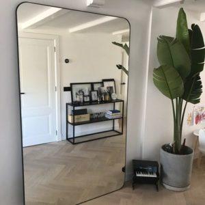 Grote staande spiegel met afgeronde hoeken en stalen frame matzwart bananenplant