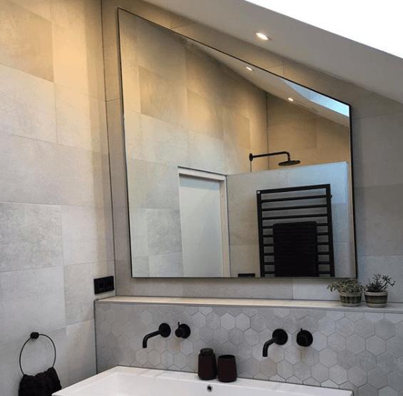 Spiegel onder schuin plafond