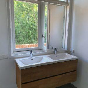 Schuifbare spiegel op rails voor raam, wit