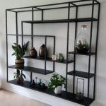 Stalen kast op maat, vakkenkast hangend aan de muur met planten