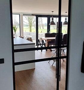 stalen deur met glas vakverdeling matzwart gepoedercoat verticale greep