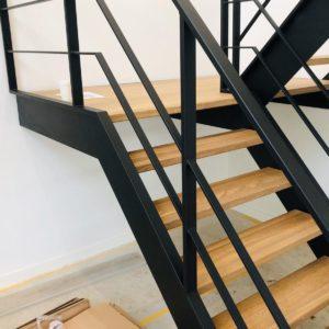 Stalen trap met eikenhout op maat staal zwart gepoedercoat doorlopend
