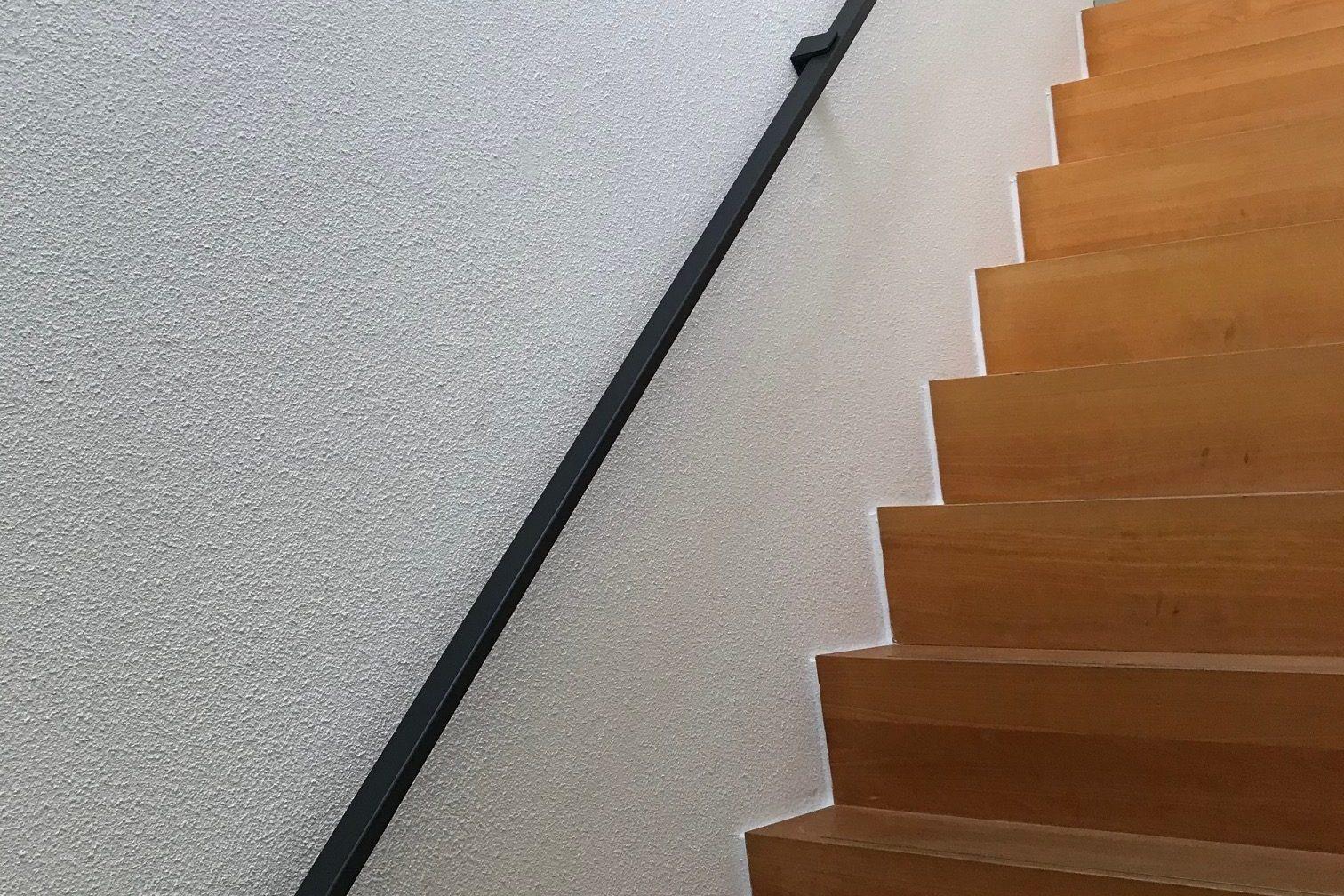Zwarte trapleuning