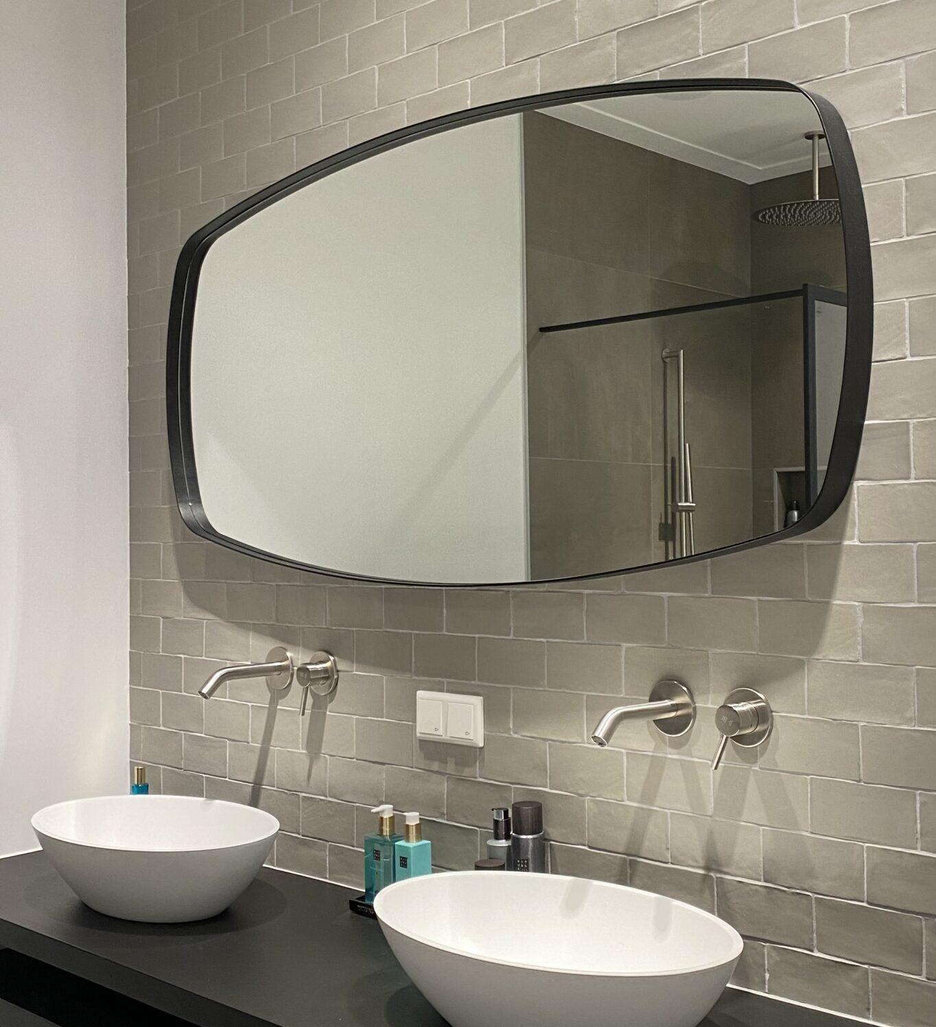 Badkamerspiegel met bijzondere vorm