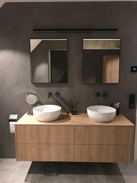Losse spiegels boven wastafel