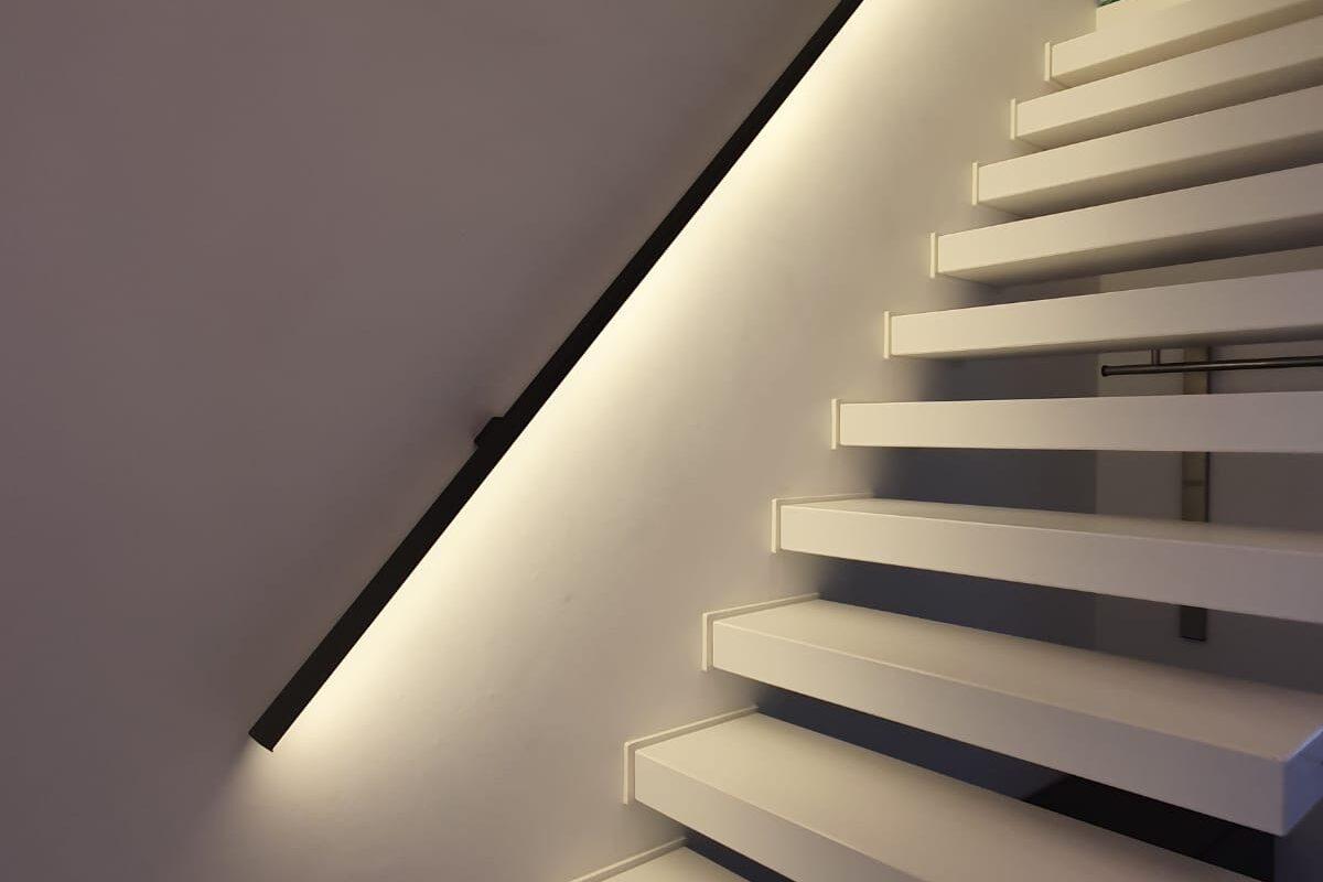 Platte stalen trapleuning met led-verlichting
