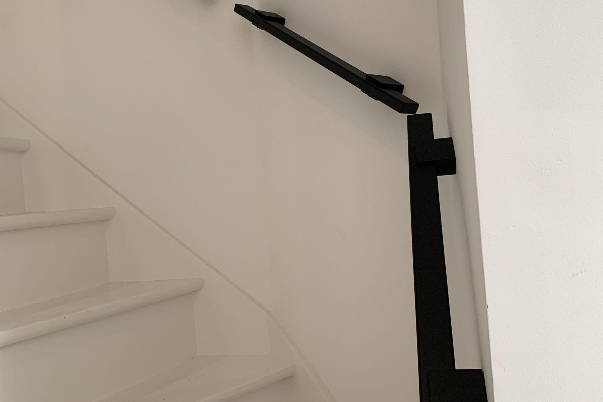 Stalen trapleuningen aaneengesloten