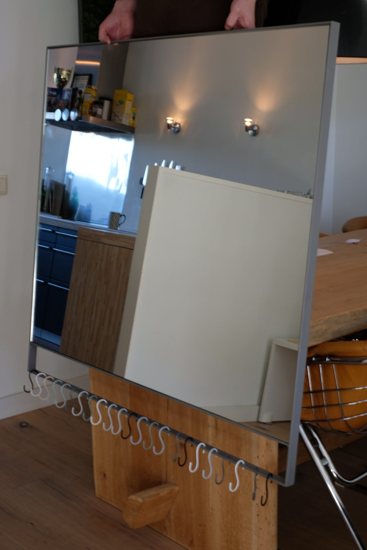 grijze stalen spiegel met haken voor ophangen