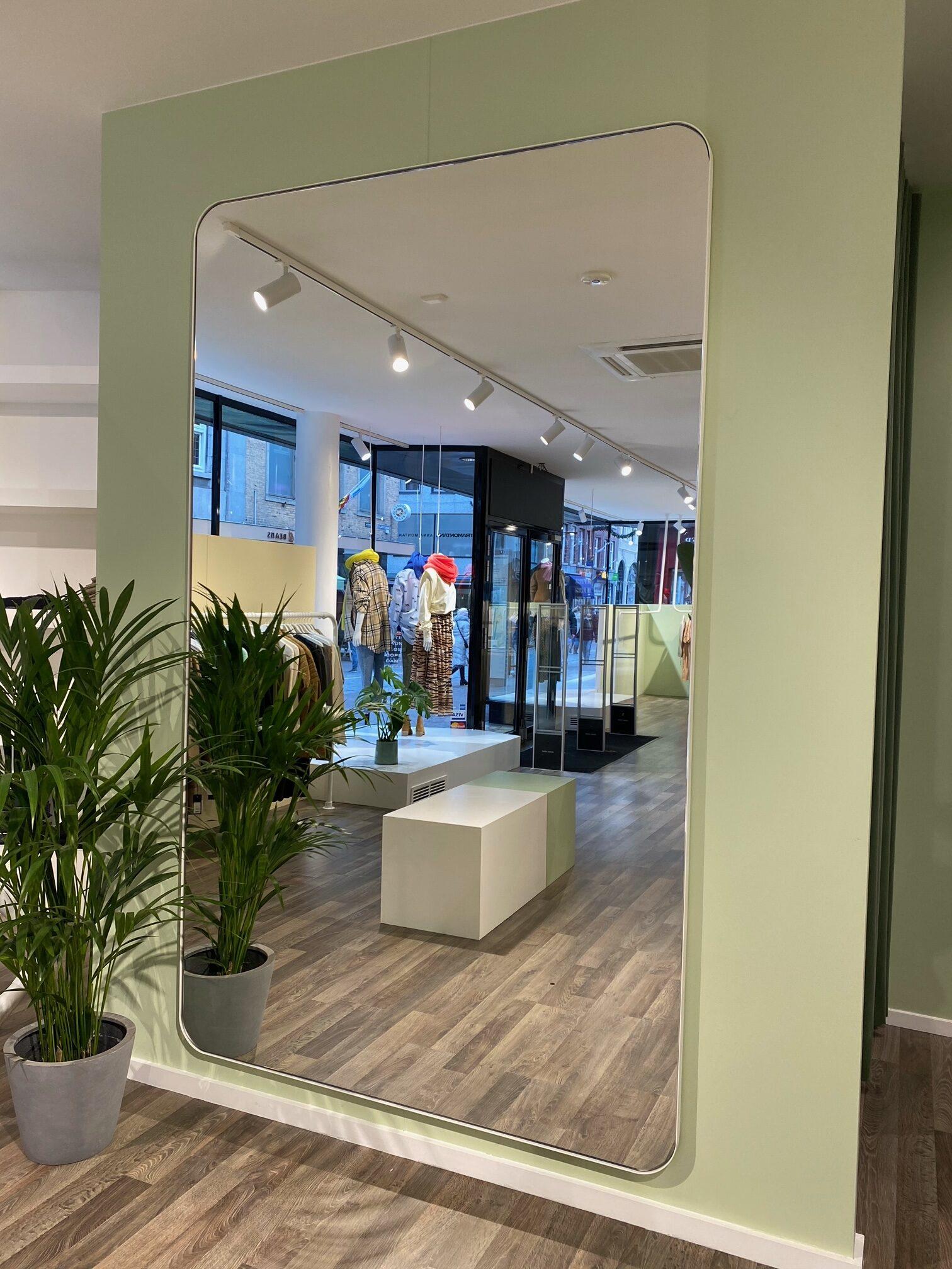 passpiegel winkel winkelinterieur inrichting kledingwinkel grote spiegel